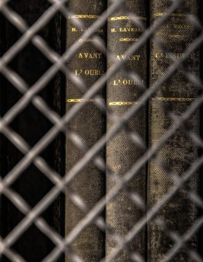Livres d'une bibliothèque dans une maison de retraite abandonnée, France