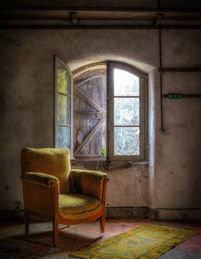 Fauteuil dans un manoir abandonné, France