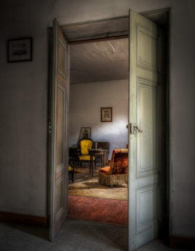 Salon d'un manoir à l'abandon, France