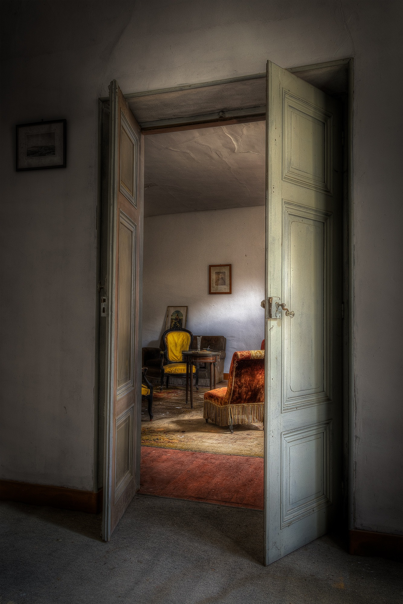 Salon d'un manoir à l'abandon, France