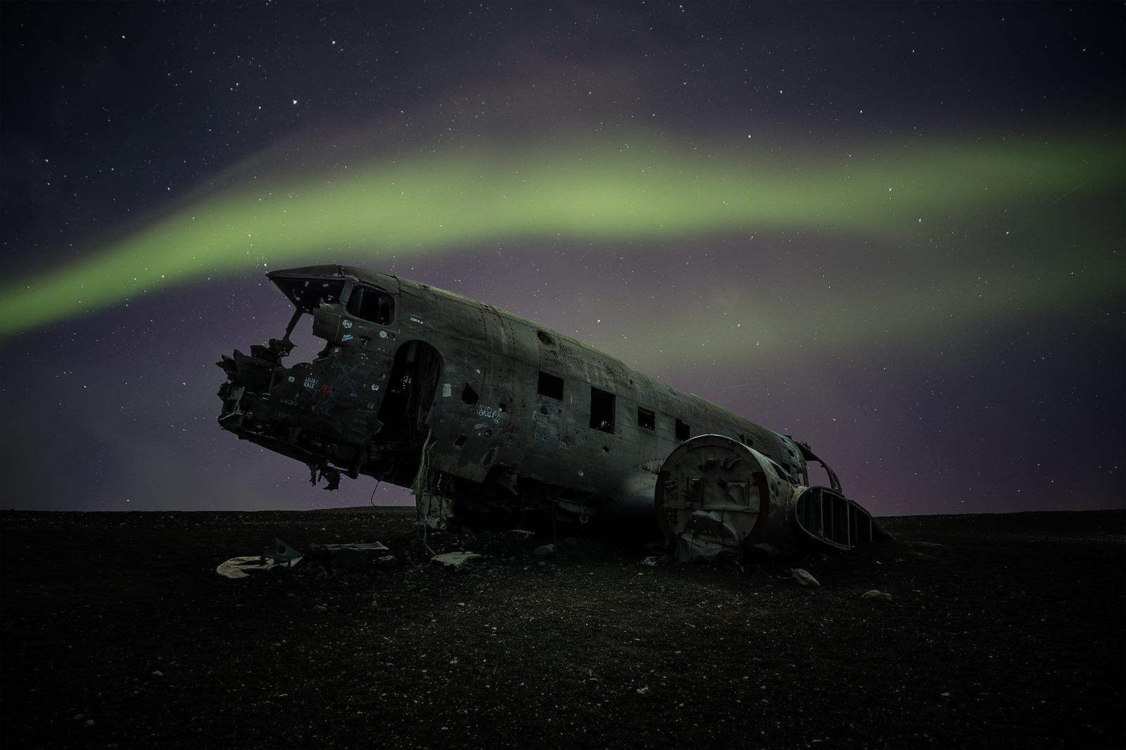 Aurore boréale au dessus d'un carcasse d'avion, Islande