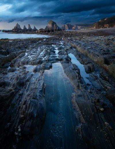 Ambiance de fin du monde sur la plage de Santa Marina, Asturias, Espagne.