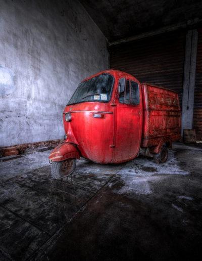 Triporteur vespa dans un garage abandonné, Italie