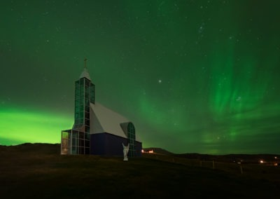 Aurore boréale à la chapelle Úthlíðarkirkja, Úthlíð, Islande