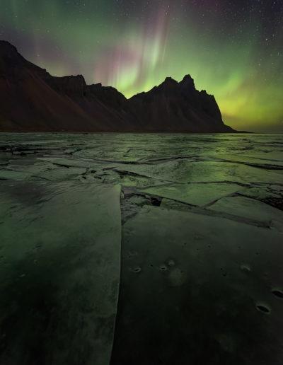 Aurore boréale depuis la lagune gelée du vestrahorn, Stokksnes, Hofn, Islande